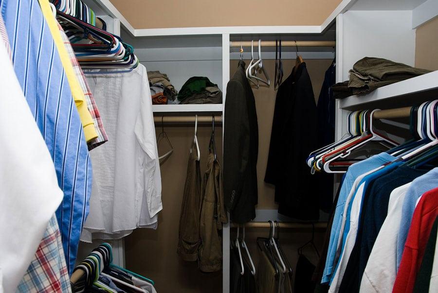 Os hábitos que lotam seu guarda-roupa de peças desnecessárias | Sansil Etiquetas Bordadas