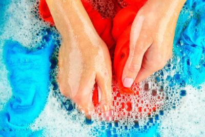 Etiquetas para roupas: Ignorar as etiquetas na hora da lavagem pode causar danos irreversíveis